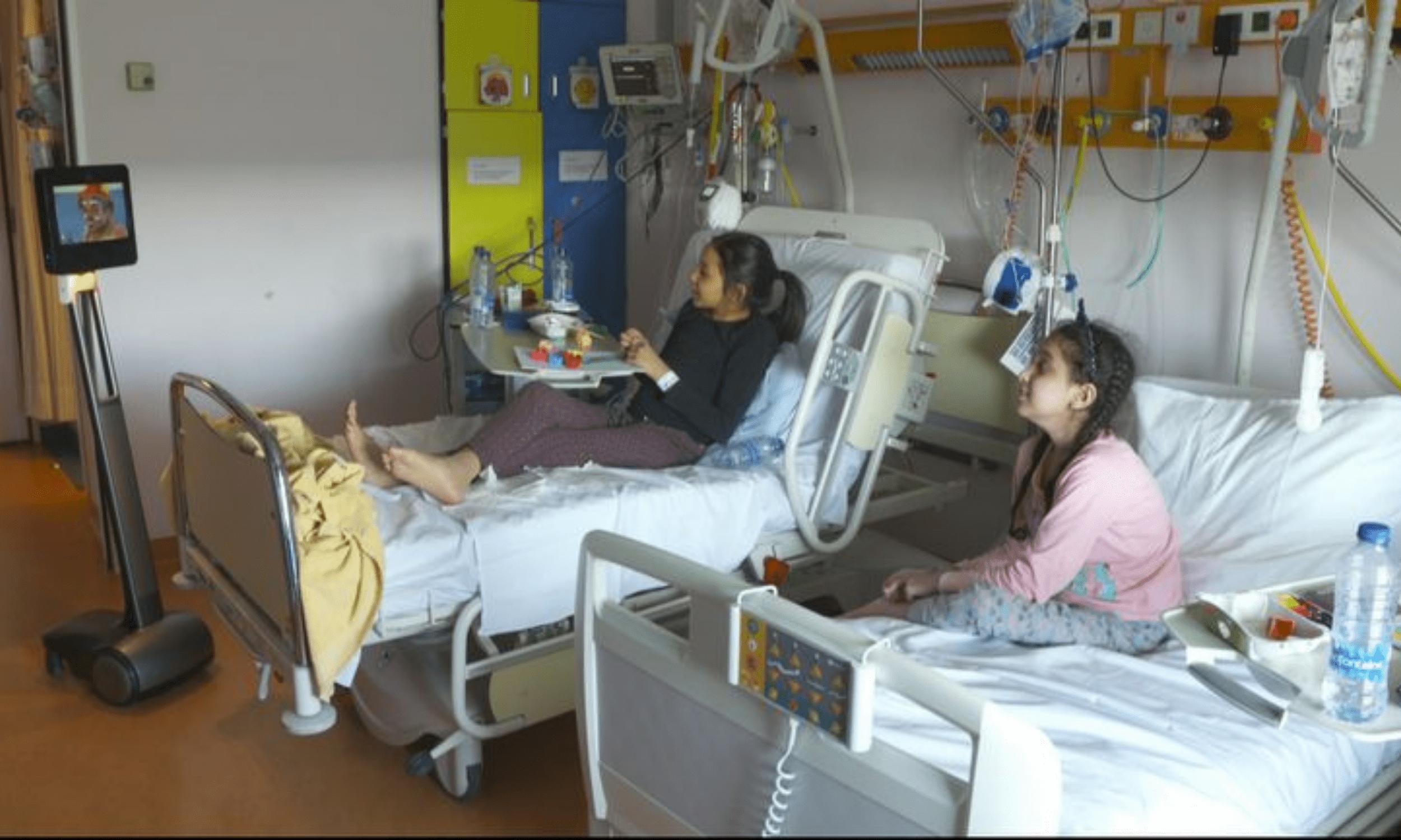 """En Belgique, l'UCLouvain – Université catholique de Louvain a mis son robot """"Mister #Beam 🤖🤡"""" à disposition d'un hôpital afin de distraire les jeunes patients et leur redonner le sourire en cette période d'isolement, durant laquelle les visites et les animations sont limitées."""